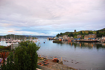 Picture of a harbour around a small bay (Tarbert in Argyll, Scotland)