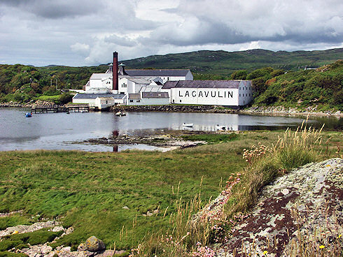 Picture of Lagavulin Distillery at the shore of a small bay