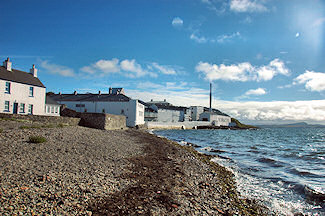 Picture of Bowmore distillery on Islay
