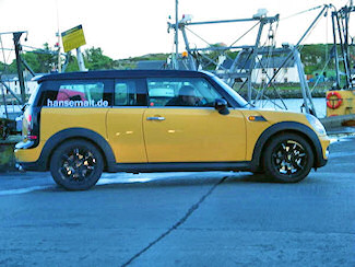 Picture of a yellow Mini Clubman with a hansemalt.de sticker in the window