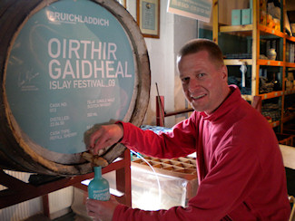 Picture of Armin Grewe filling a Bruichladdich Valinch