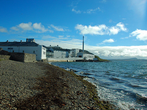 Picture of a distillery on a sea shore (Bowmore distillery on Islay)