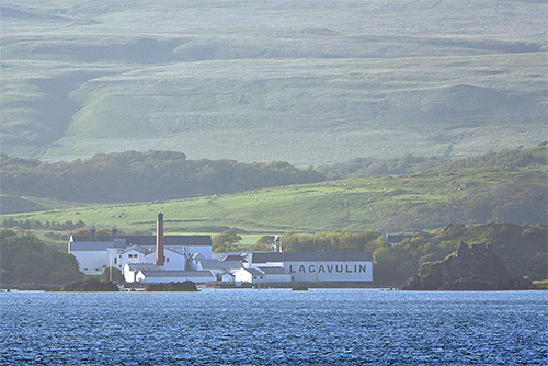 Picture of Lagavulin distillery seen from the ferry