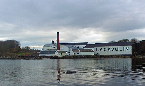 Picture of Lagavulin distillery with a seal in front of it